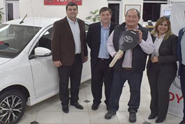 Toyota Argentina premió con un Etios a un cliente consciente de la seguridad